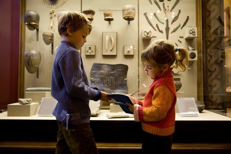 Ragazzo e ragazza all'escursione in museo storico fotografia stock