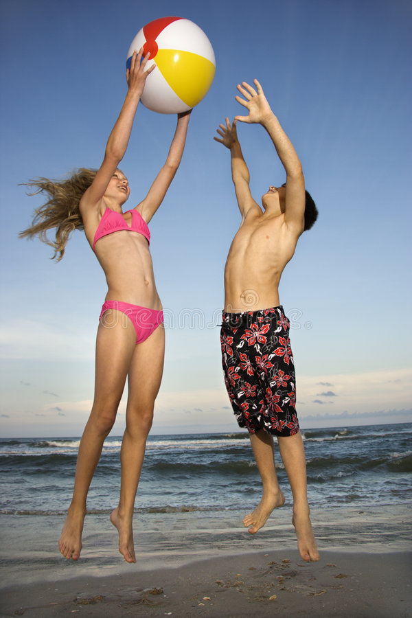 Ragazzo e ragazza che giocano con la sfera fotografia stock libera da diritti