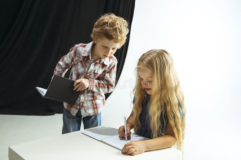 Ragazzo e ragazza che preparano per la scuola dopo una rottura di estate lunga Di nuovo al banco immagini stock