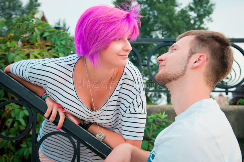 Ragazzo e ragazza che stanno vicino ad un'inferriata fotografie stock libere da diritti
