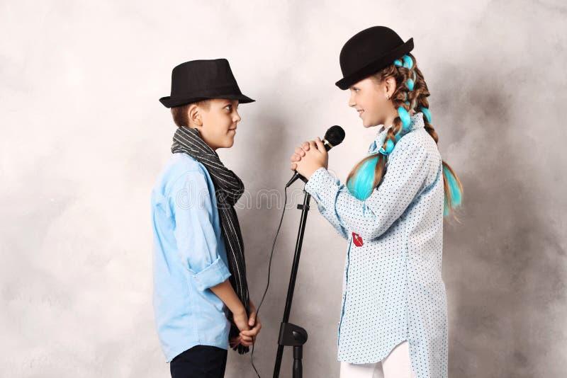Ragazzo e ragazza con il microfono immagini stock libere da diritti