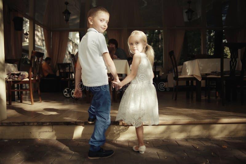 ragazzo e ragazza di storia di amore fotografia stock