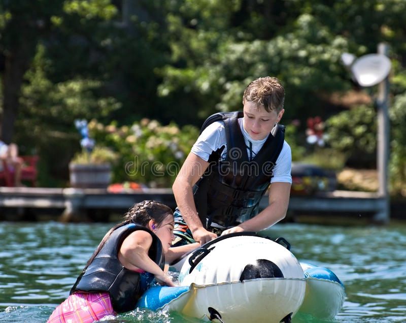 Ragazzo e ragazza su un galleggiante fotografia stock libera da diritti