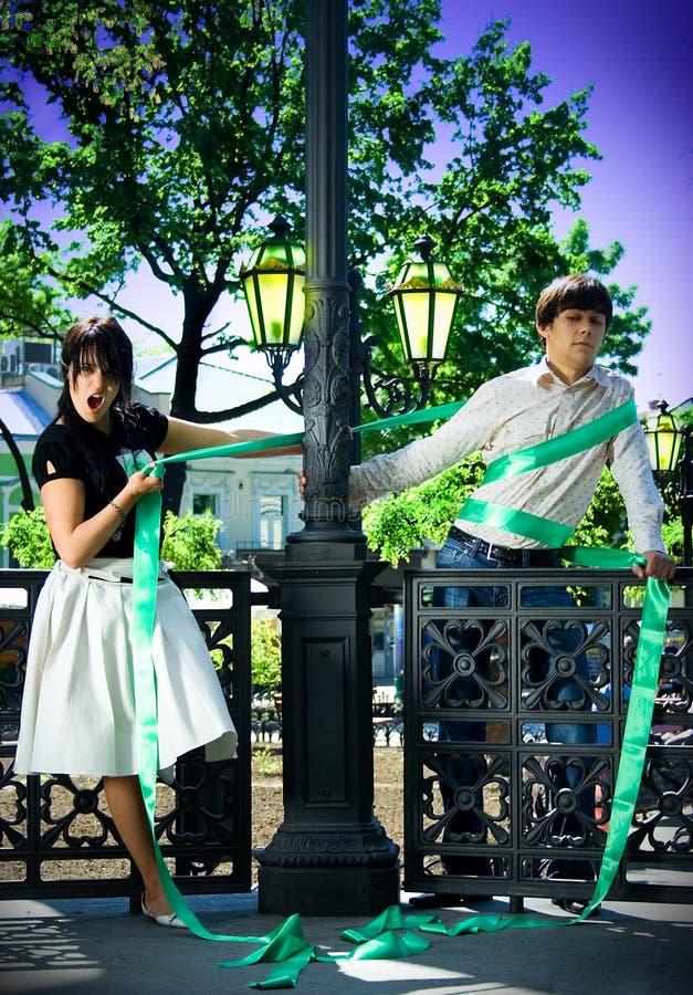 Ragazzo e ragazza vicino alla lanterna fotografie stock