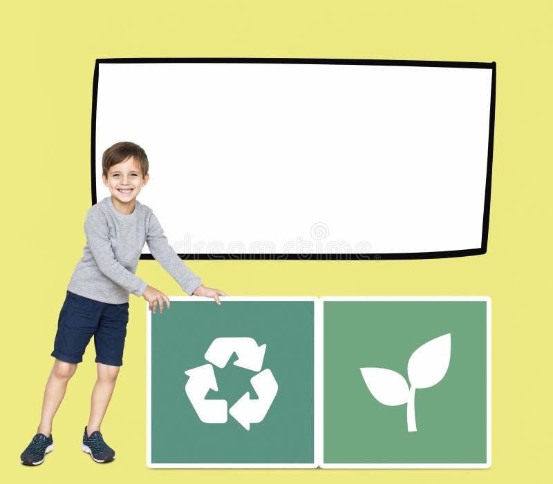 Ragazzo felice con il riciclaggio delle icone immagine stock