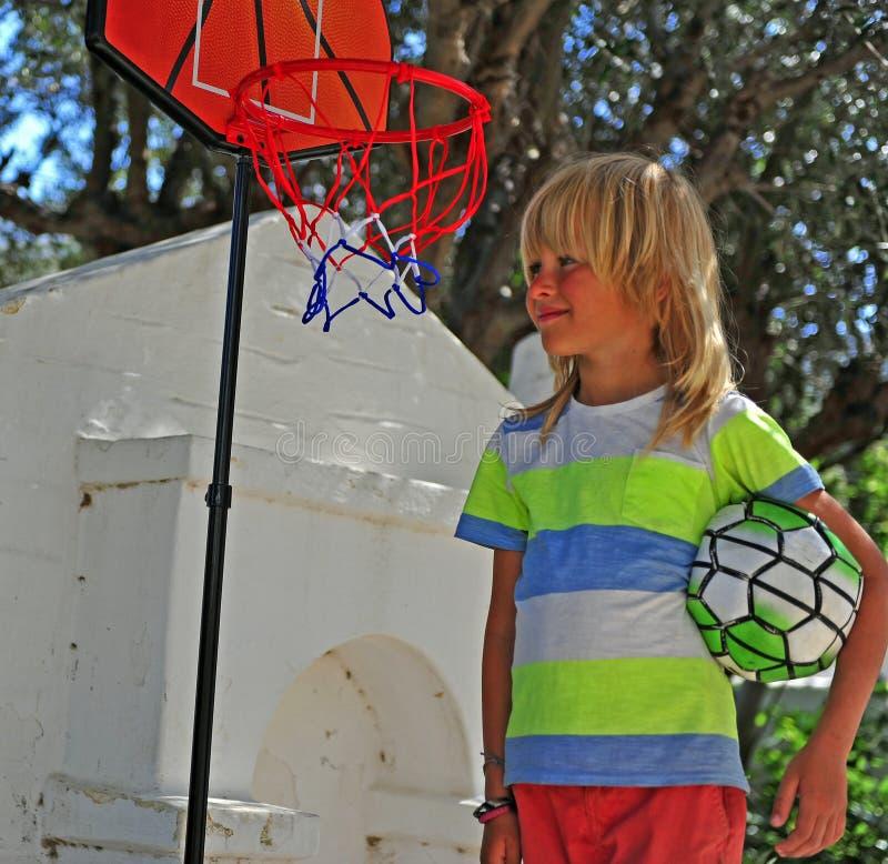 Ragazzo felice con pallacanestro immagine stock libera da diritti