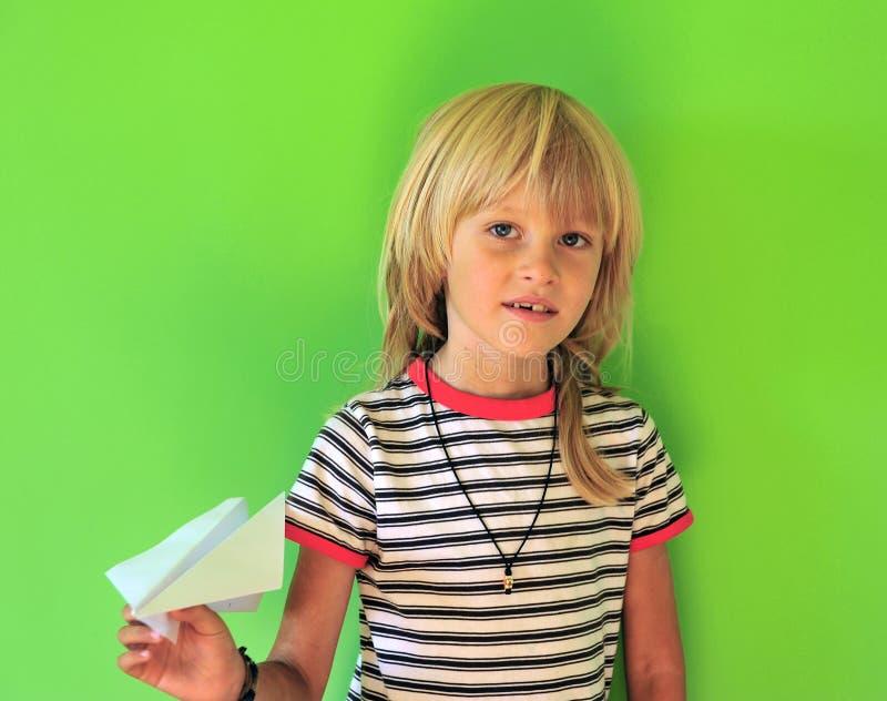 Ragazzo felice con un aereo di carta immagini stock libere da diritti