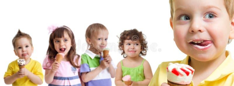 Ragazzo felice davanti al gruppo dei bambini con il gelato isolato immagini stock libere da diritti