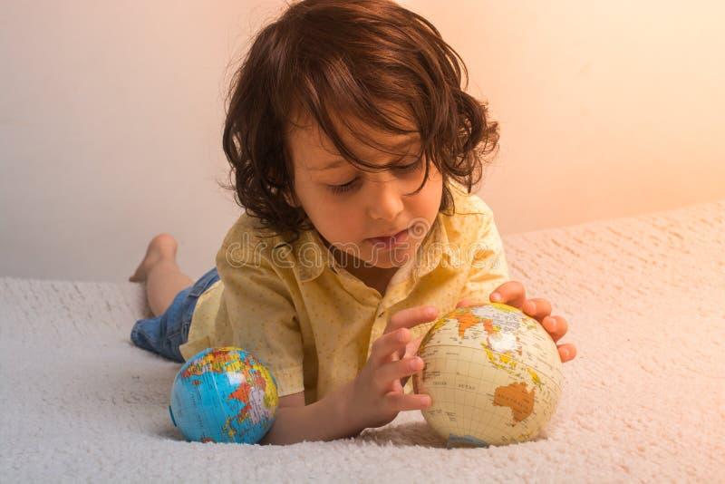 Ragazzo felice del bambino in età prescolare che scopre mondo come di nuovo al concetto della scuola fotografia stock libera da diritti