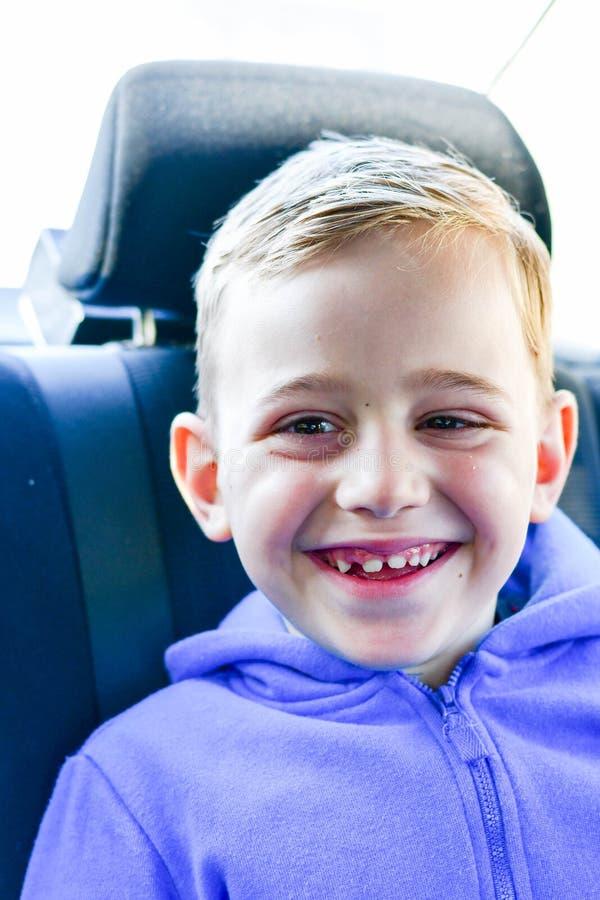 ragazzo felice sorridente nella sede di automobile del bambino fotografie stock