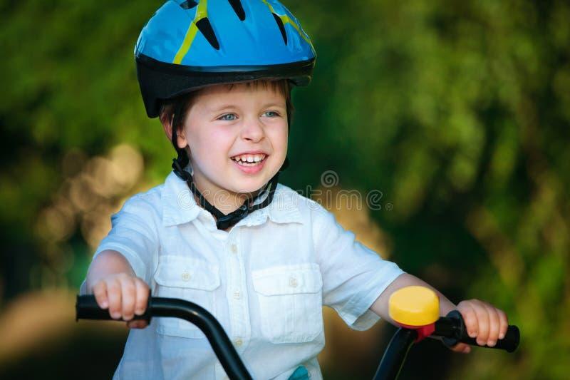 Ragazzo felice su una bicicletta fotografia stock
