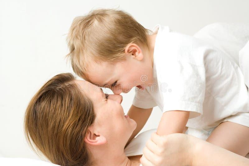 Ragazzo felice sulla madre fotografia stock libera da diritti
