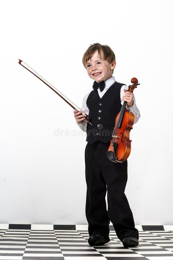 Ragazzo Freckled dei rosso-capelli che gioca violino. immagini stock libere da diritti