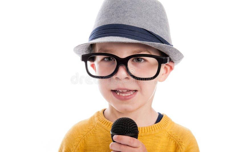 Ragazzo Geeky con il microfono immagini stock libere da diritti
