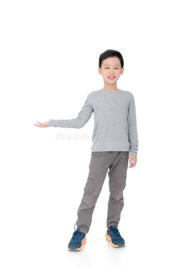 Ragazzo giovane che mostra lo spazio della copia a mano fotografie stock libere da diritti
