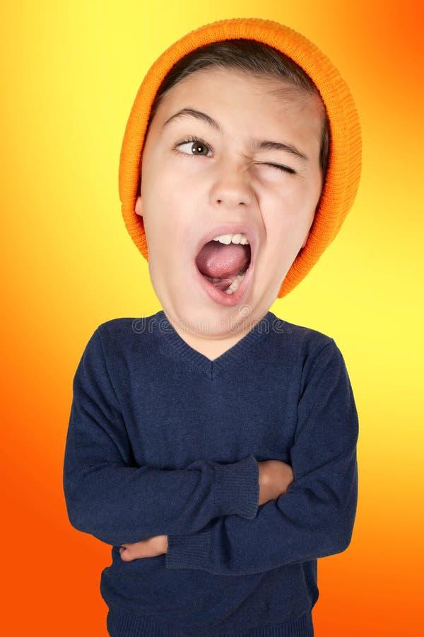 Ragazzo giovane di sbadiglio con la grande testa su fondo arancio royalty illustrazione gratis