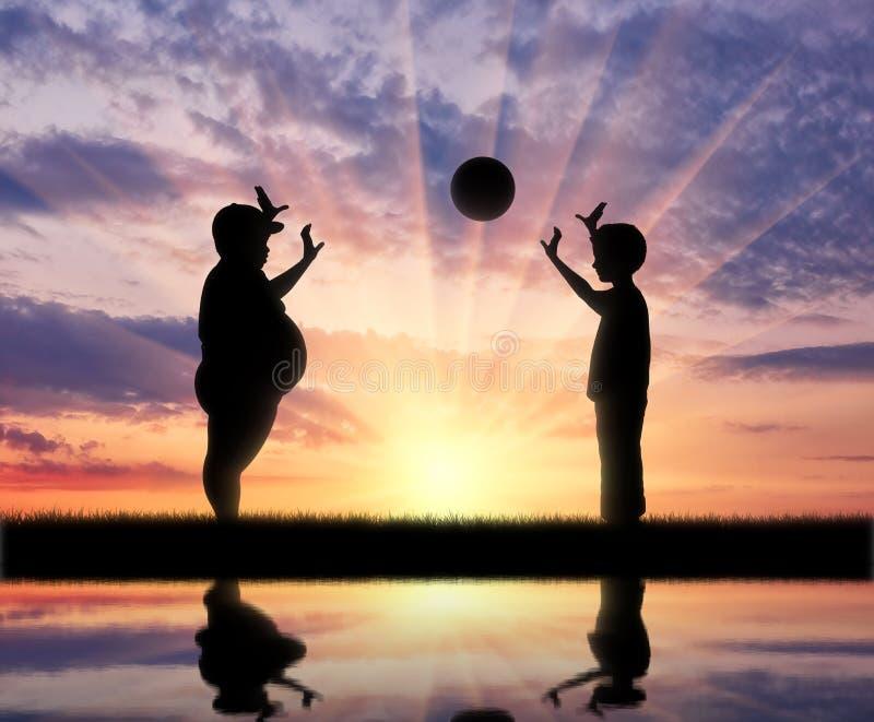 Ragazzo grasso e palla normale e riflessione del gioco in acqua immagini stock