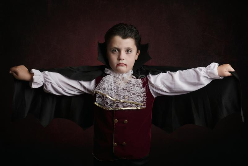 Ragazzo in Halloween Ragazzo vestito come vampiro fotografie stock libere da diritti