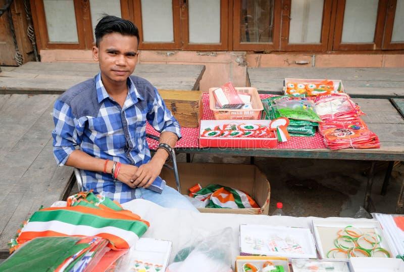 Ragazzo indiano che vende le bandiere sulla festa dell'indipendenza 2018 fotografie stock