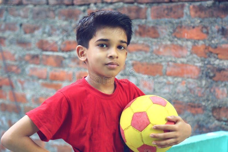 Ragazzo indiano con la palla fotografie stock