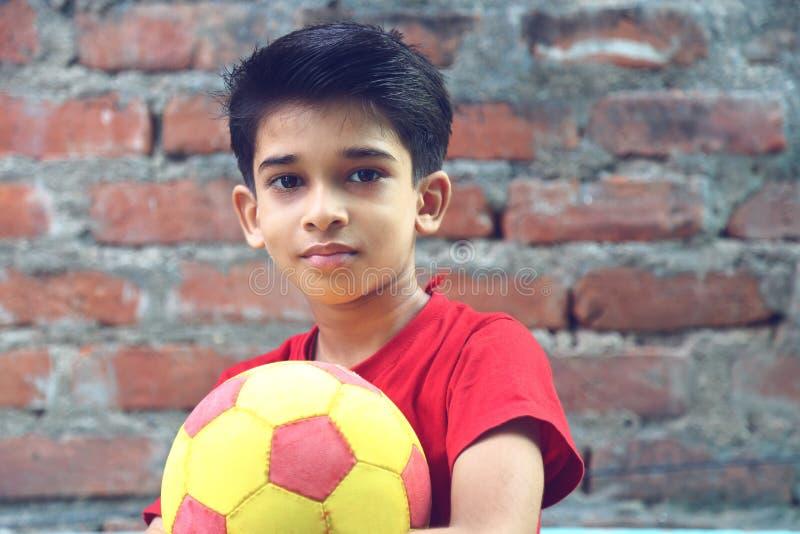 Ragazzo indiano con la palla fotografie stock libere da diritti