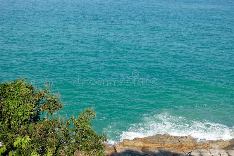 Ragazzo Koh Viewpoint Guardi fuori il lato dell'oceano La Tailandia fotografie stock