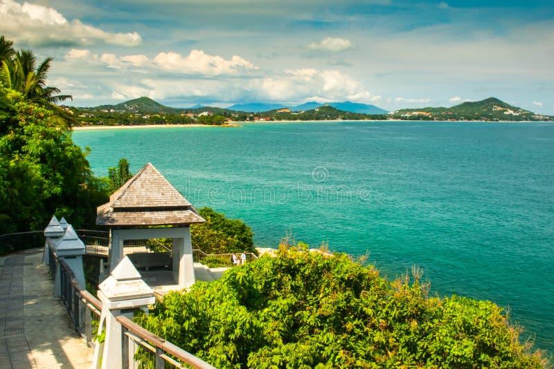 Ragazzo Koh Viewpoint Guardi fuori il lato dell'oceano KOH Samui, Tailandia immagine stock