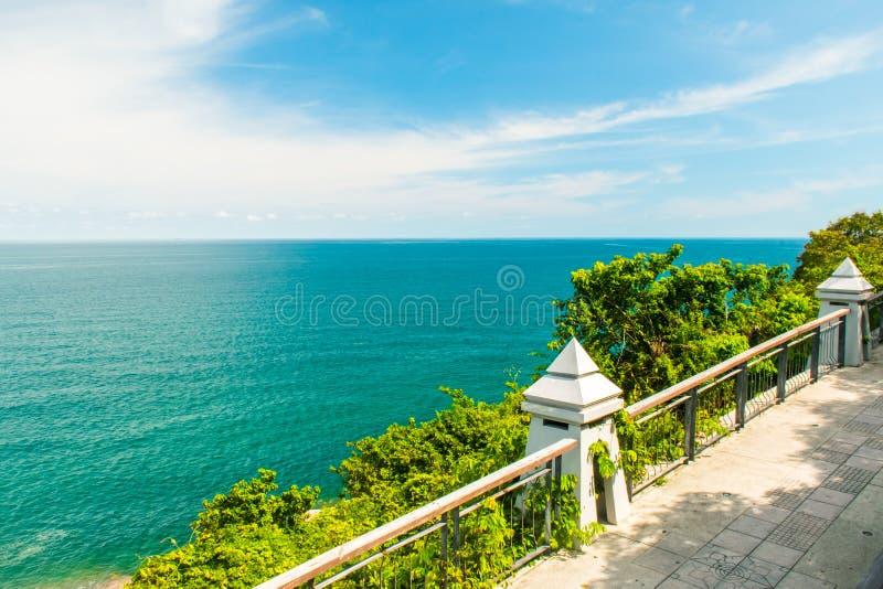 Ragazzo Koh Viewpoint Guardi fuori il lato dell'oceano KOH Samui, Tailandia fotografia stock