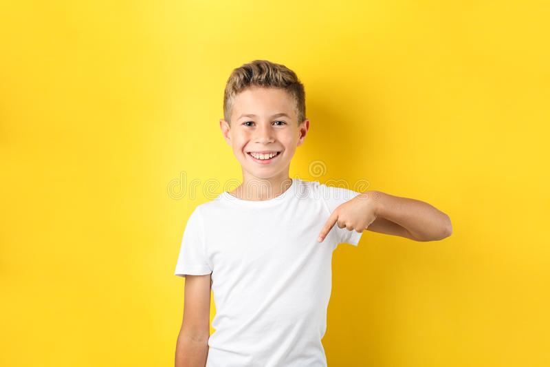 Ragazzo in maglietta contro fondo giallo fotografia stock