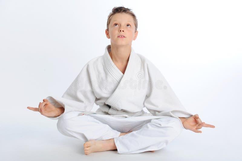 Ragazzo Meditating di karatè fotografia stock