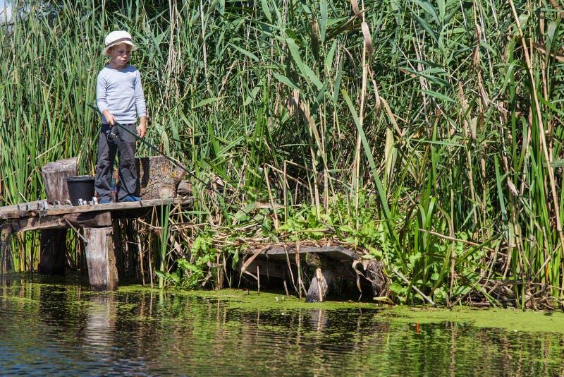 Ragazzo mentre pescando fotografia stock