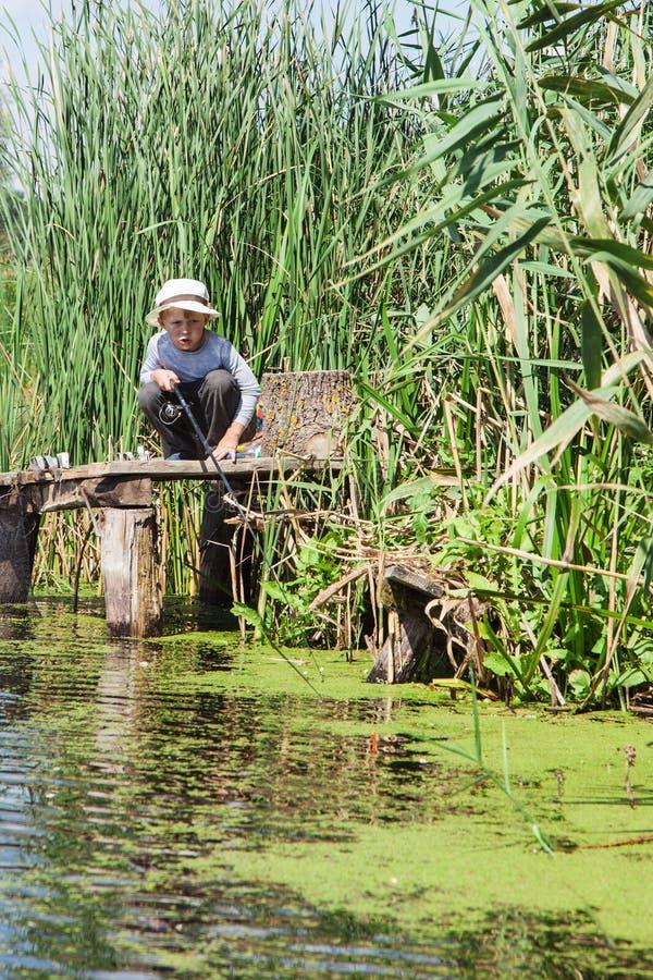 Ragazzo mentre pescando fotografia stock libera da diritti