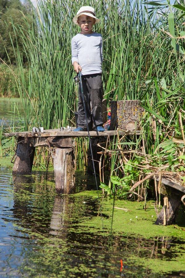 Ragazzo mentre pescando fotografie stock libere da diritti
