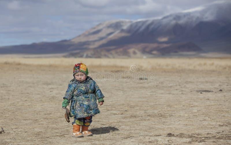 Ragazzo mongolo del nomade nel deel tradizionale - soprabito portato dalla gente della Mongolia fotografia stock libera da diritti