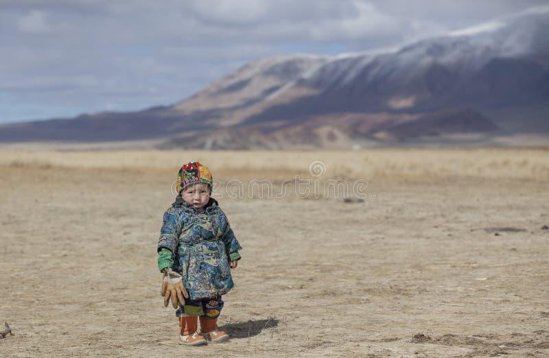 Ragazzo mongolo del nomade nel deel tradizionale - soprabito portato dalla gente della Mongolia fotografia stock