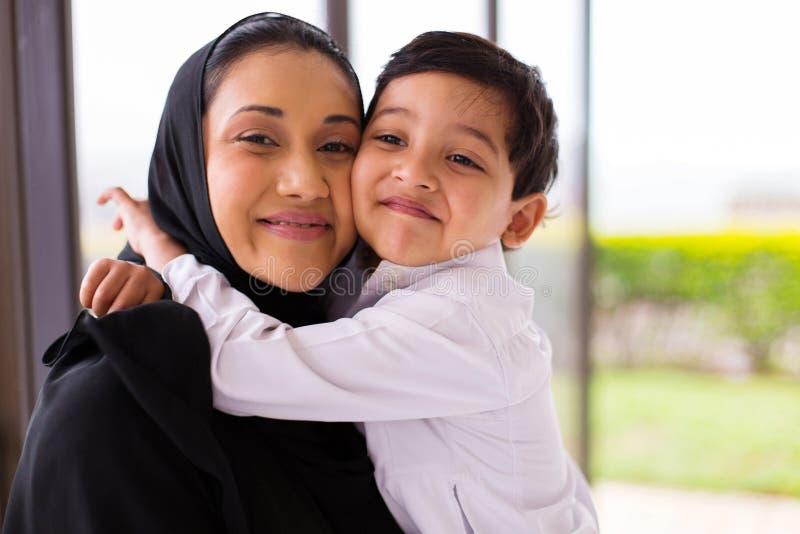 Ragazzo musulmano che abbraccia madre fotografie stock libere da diritti
