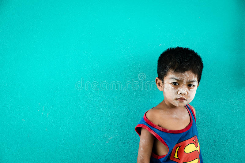 Ragazzo nel colpo Pat, baia di Phang Nga, Tailandia di divieto immagine stock