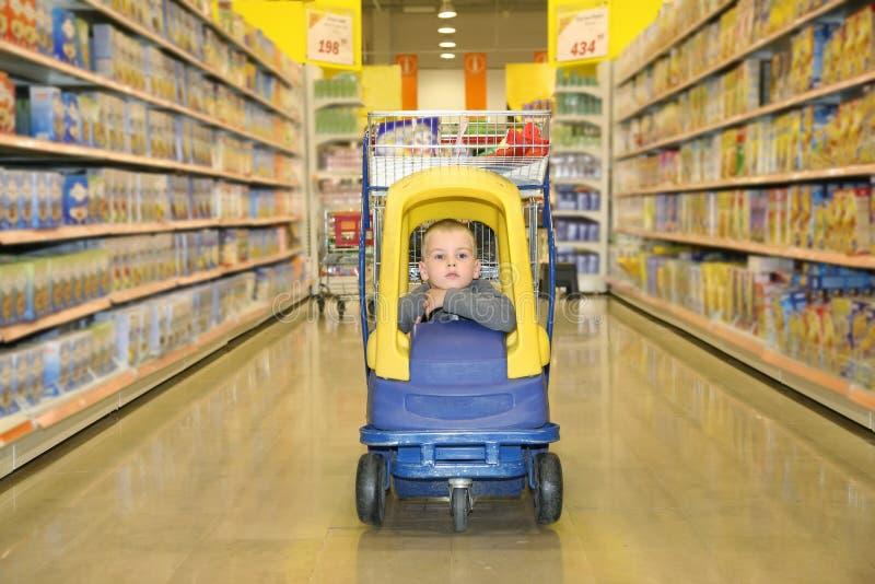 Ragazzo nel supermercato immagini stock