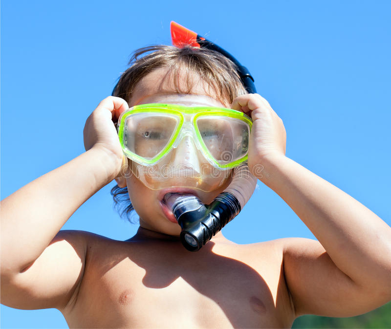 Ragazzo nella mascherina con un tubo per immersione subacquea immagini stock