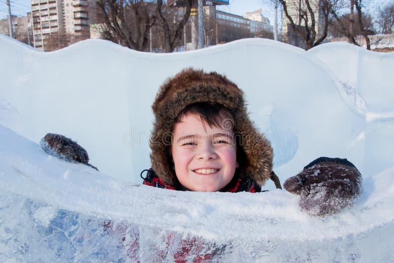 Ragazzo nelle sculture di ghiaccio, esplana urbano fotografia stock libera da diritti