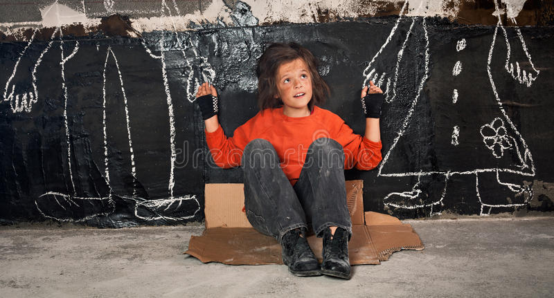 Ragazzo orfano sulla via che fantastica circa i genitori immagini stock libere da diritti