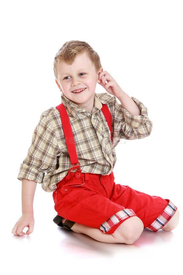 Ragazzo in pantaloni rossi immagine stock