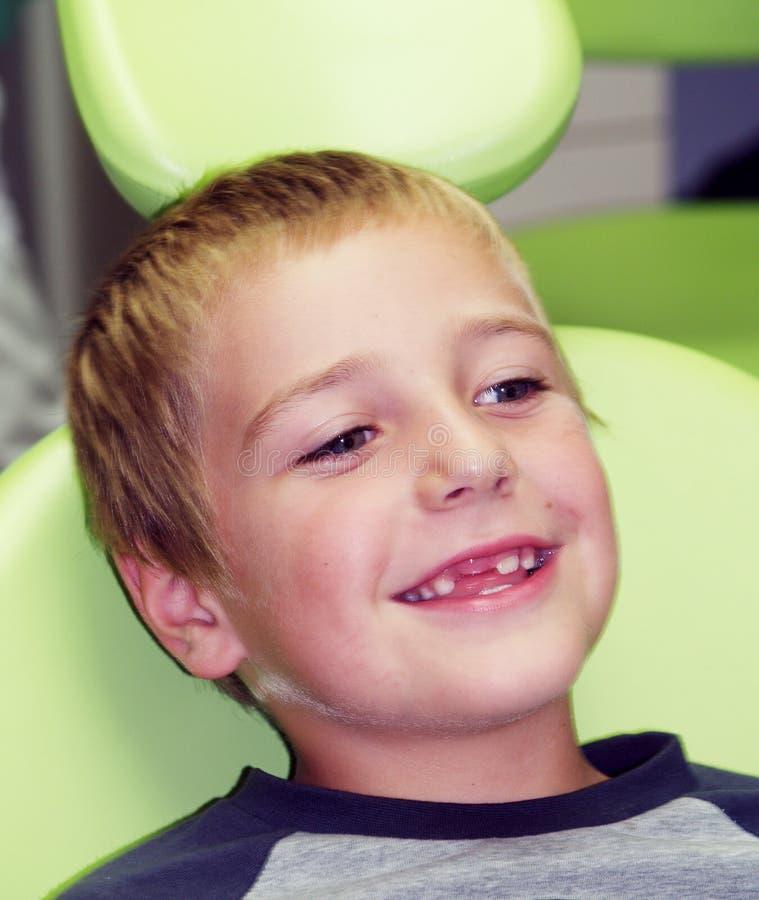 Ragazzo prescolare sulla presidenza dentale immagine stock