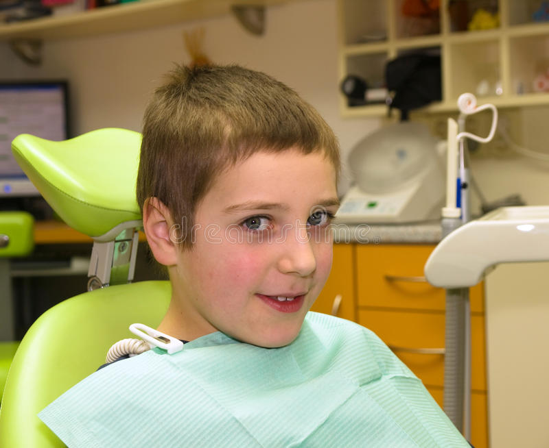Ragazzo prima di esame dentale immagini stock