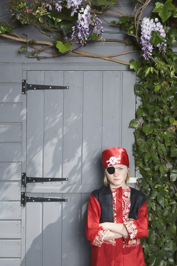 Ragazzo serio in costume del pirata dalla tettoia fotografia stock libera da diritti