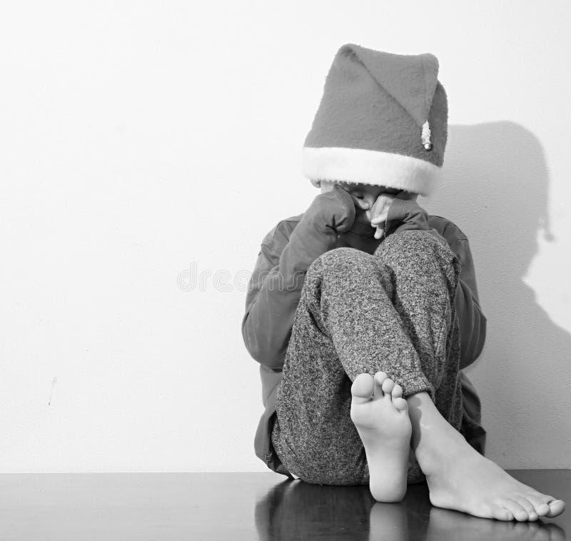 Ragazzo solo e triste al Natale immagini stock libere da diritti
