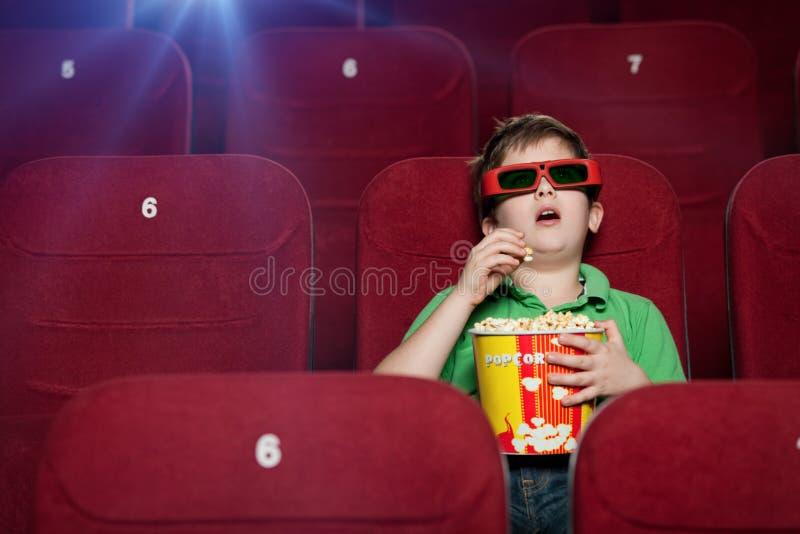 Ragazzo sorpreso nel cinema fotografie stock libere da diritti