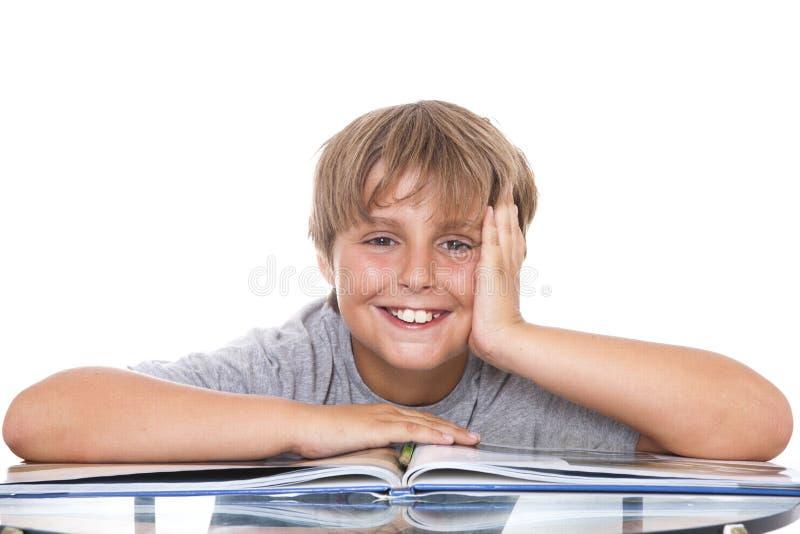 Ragazzo sorridente con il libro fotografia stock libera da diritti