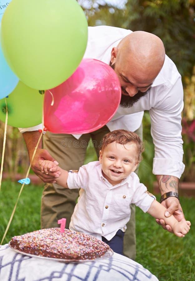 Ragazzo sorridente con il papà fotografia stock