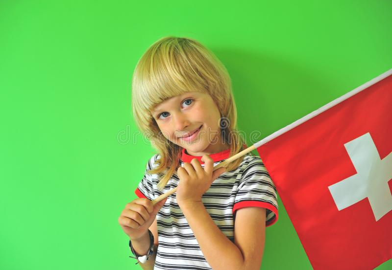 Ragazzo sorridente con una bandiera nazionale della Svizzera fotografia stock libera da diritti